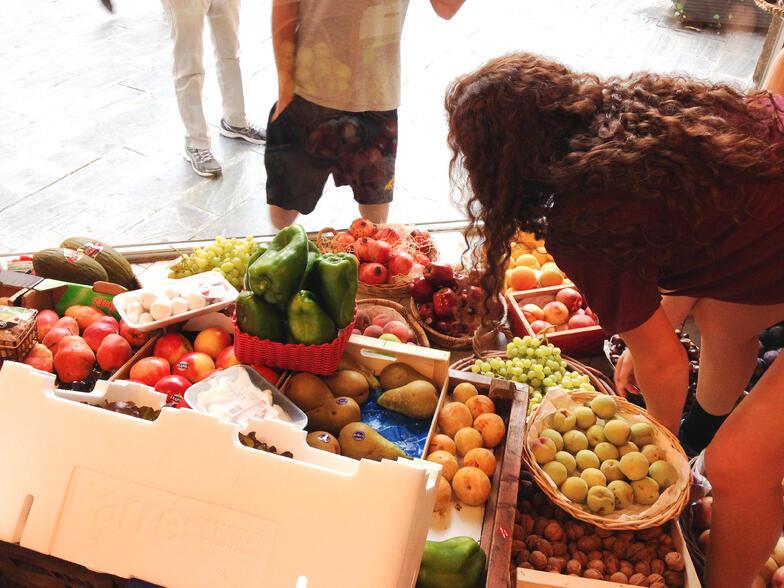 Proctor en Segovia experiential education buying fruit in Spanish