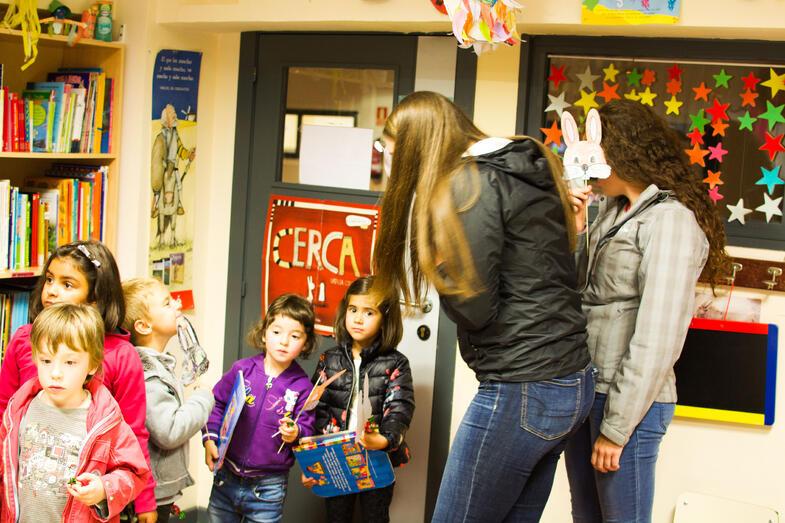 Proctor en Segovia community service reading to children