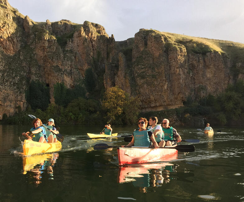 US Families visit and group kayaks on the Río Duratón