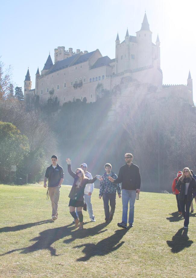 Proctor en Segovia poses in front of Segovia's castle