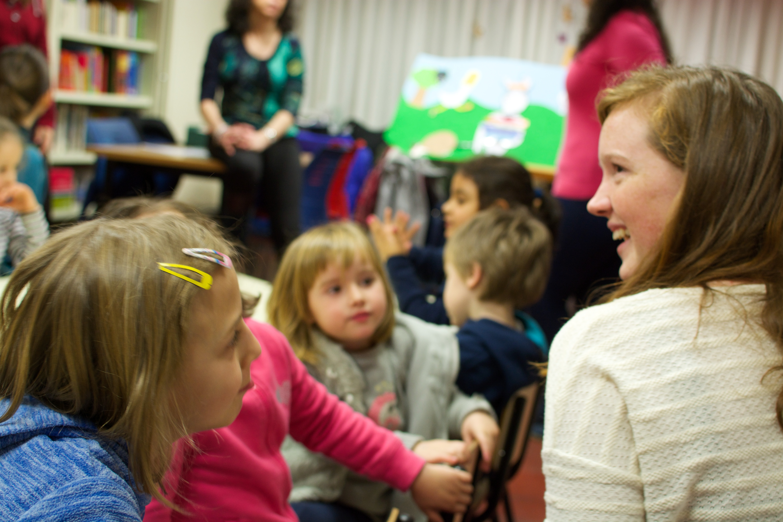 Proctor en Segovia volunteers at literacy program