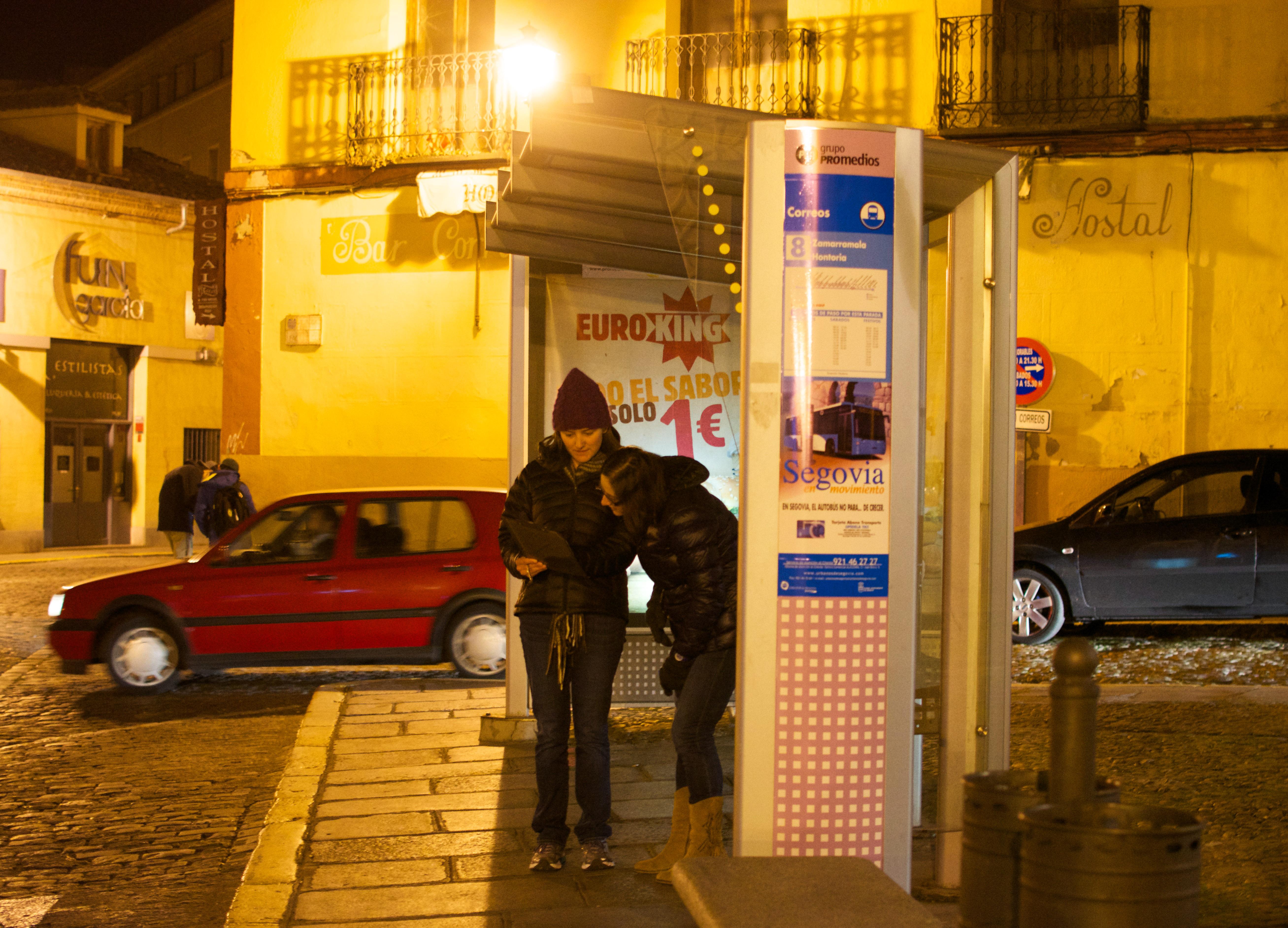 Proctor en Segovia learns bus system on scavenger hunt