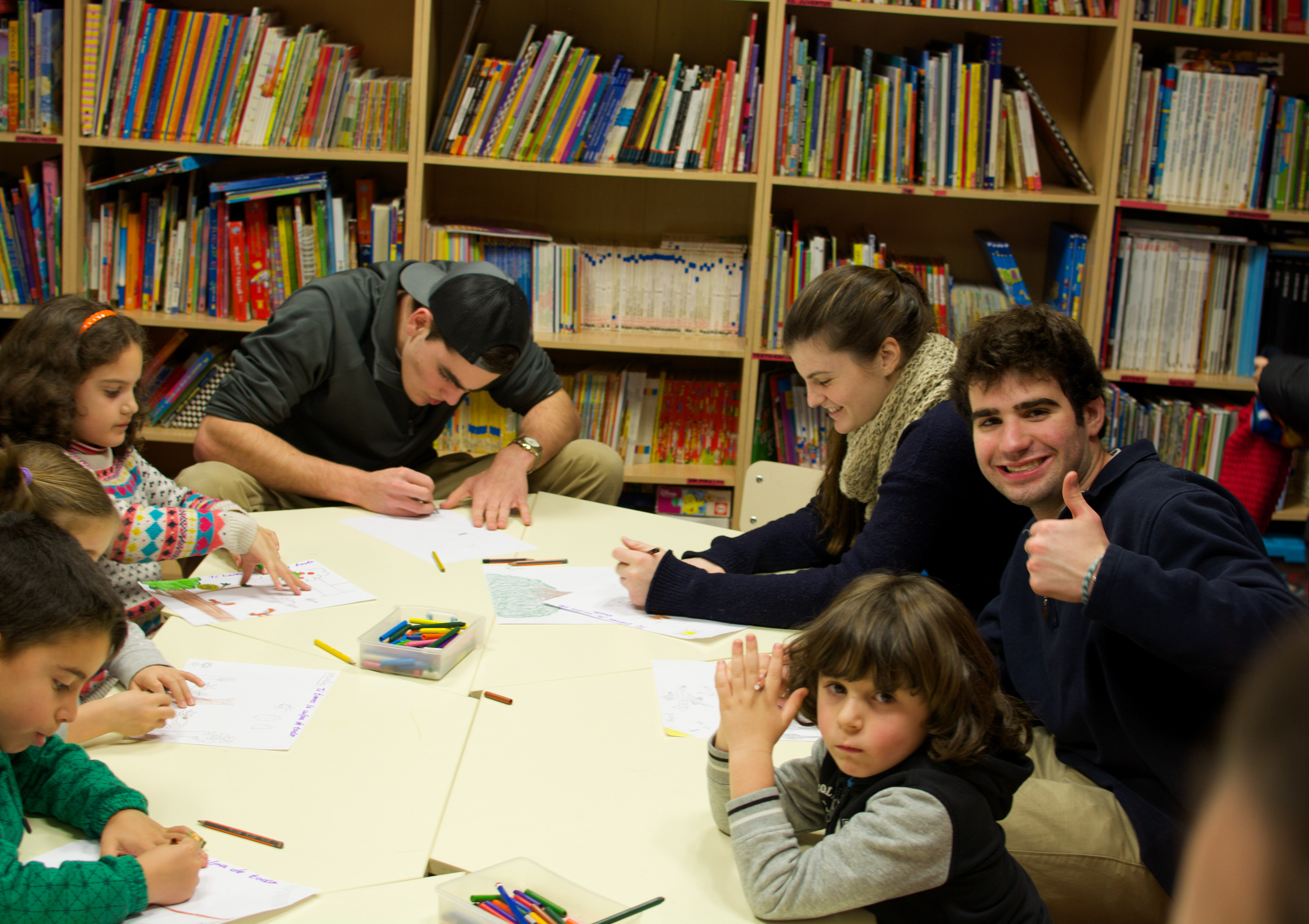 Proctor en Segovia group members volunteer by reading to local students