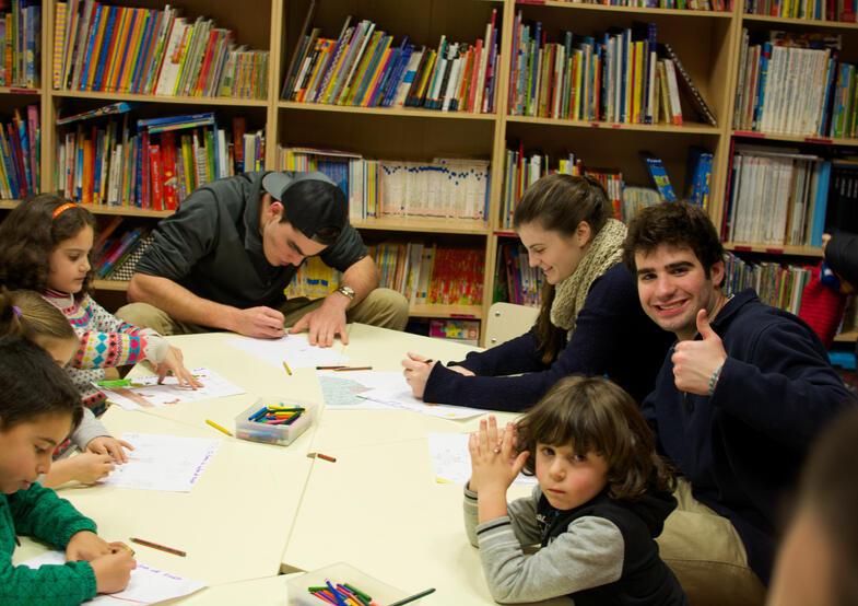 Proctor en Segovia group members volunteer by reading to local students