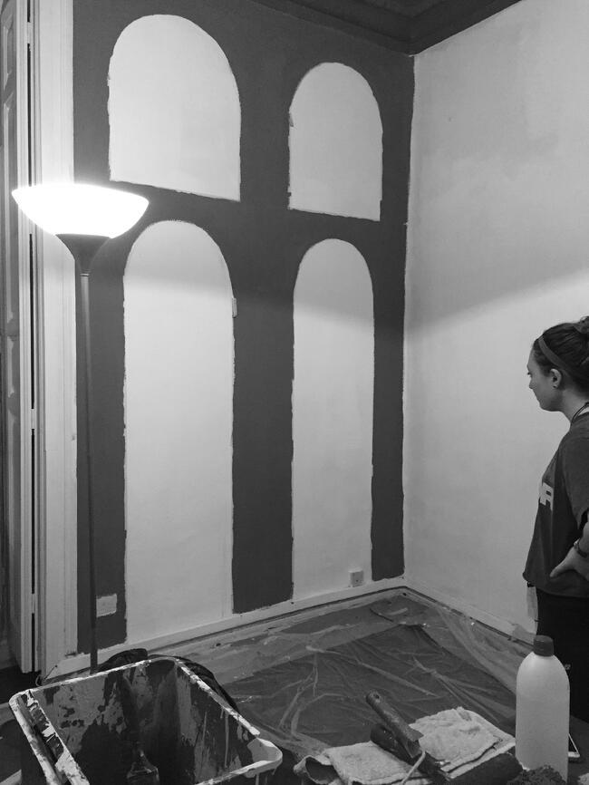 Proctor en Segovia student paints a mural