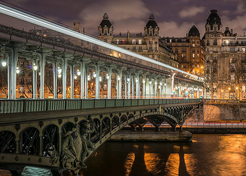 Pont_de_Bir-Hakeim_and_view_on_the_16th_Arrondissement_of_Paris_140124_1.jpg