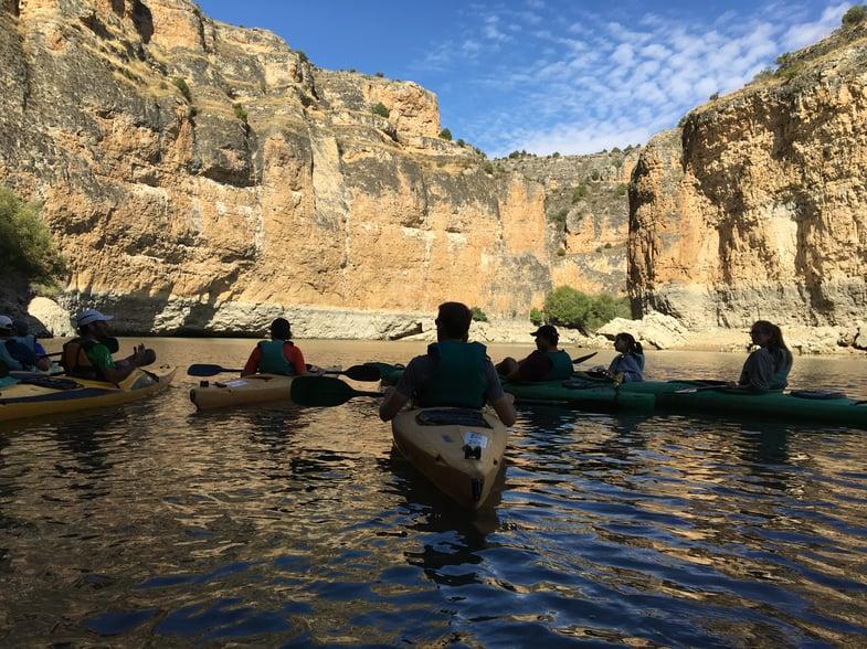 Proctor en Segovia kayaks on the Rio Duratón