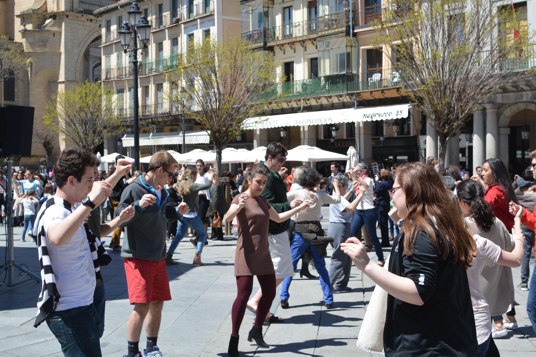 Proctor en Segovia dances in Segovia's Plaza Mayor