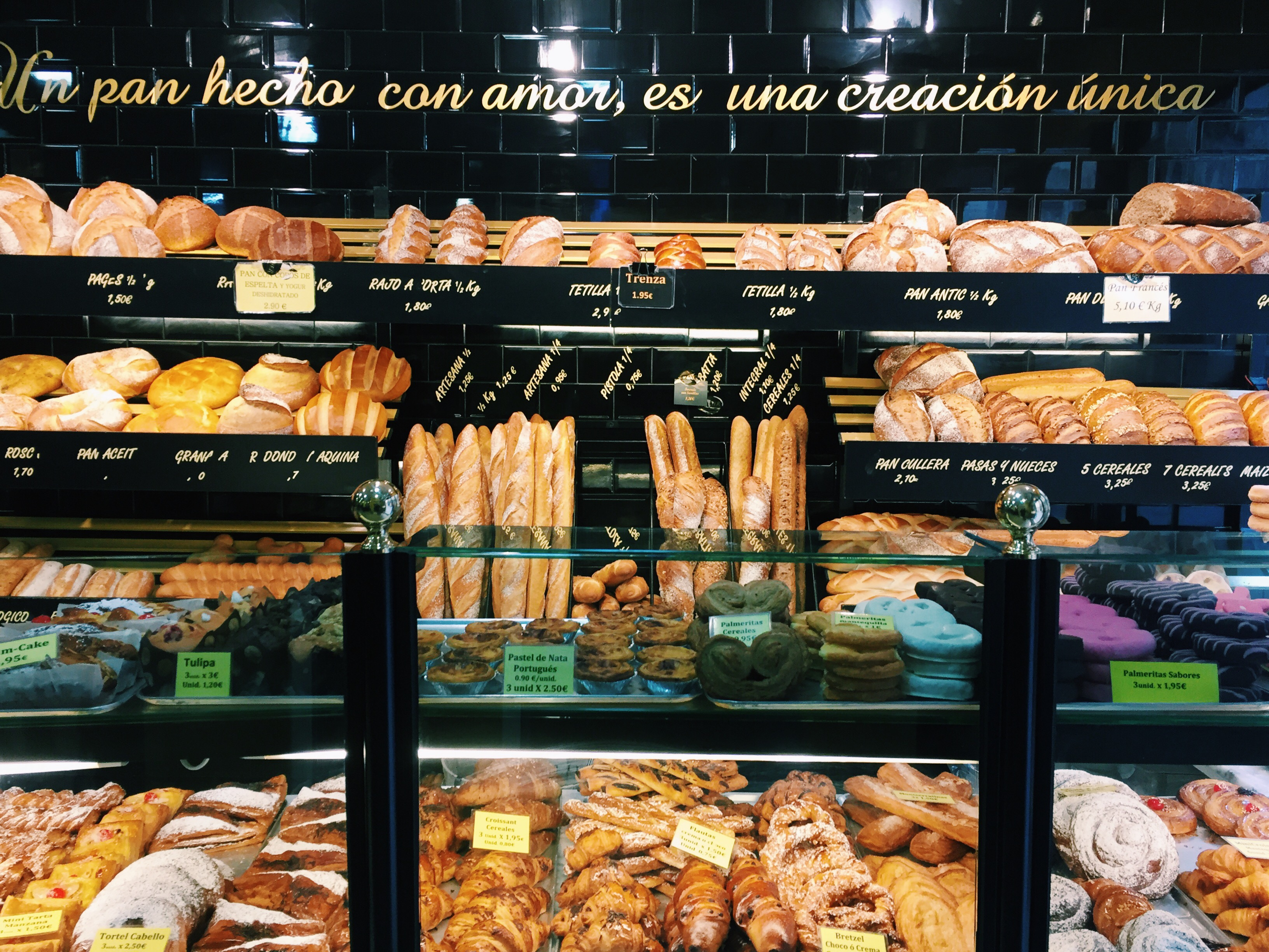 Proctor en Segovia buys freshly baked bread at a local bakery