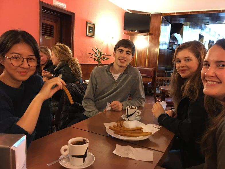 Proctor en Segovia eats chocolate con churros