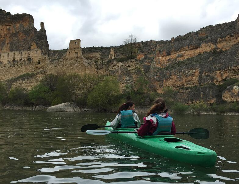Proctor en Segovia students kayak on the Duratón river