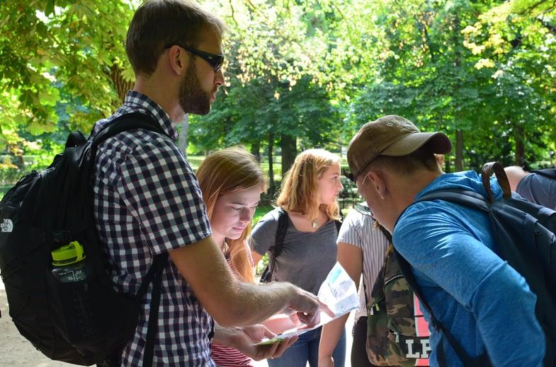 Proctor en Segovia students navigate the group through Madrid