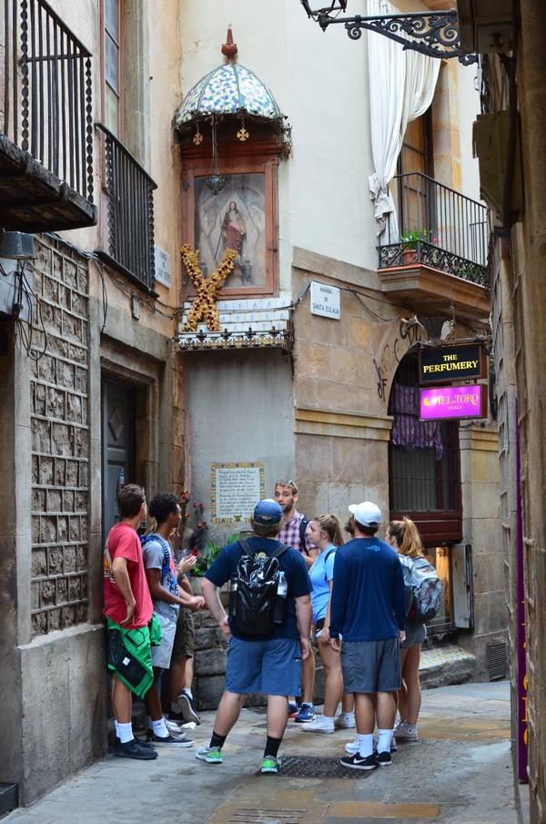 Proctor en Segovia students visit Barcelona's gothic quarter.