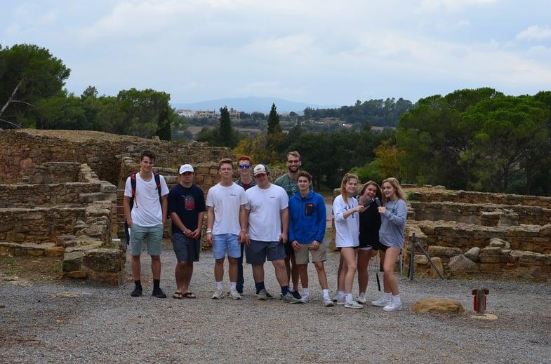 Proctor en Segovia students visit the Iberian settlement at Ullastret.