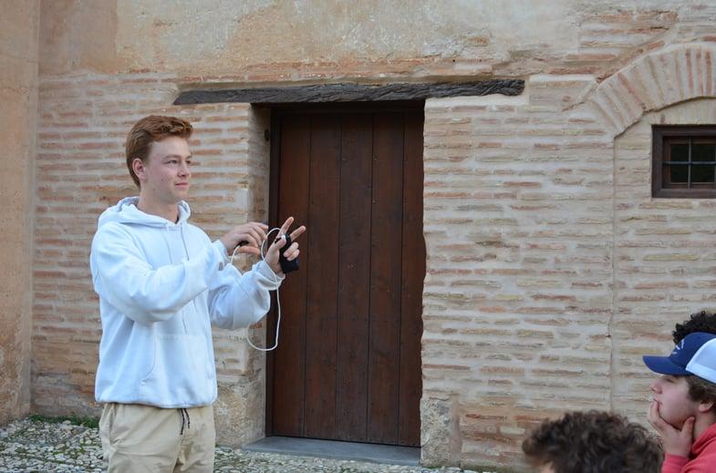 Proctor en Segovia student history presentations in Granada.