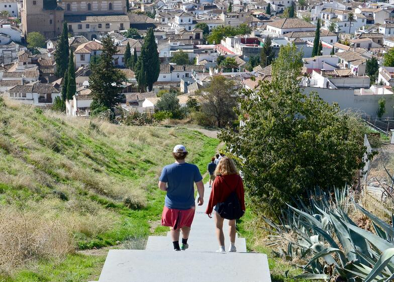 Proctor en Segovia explores Sacromonte and Albaicín neighborhoods of Granada.