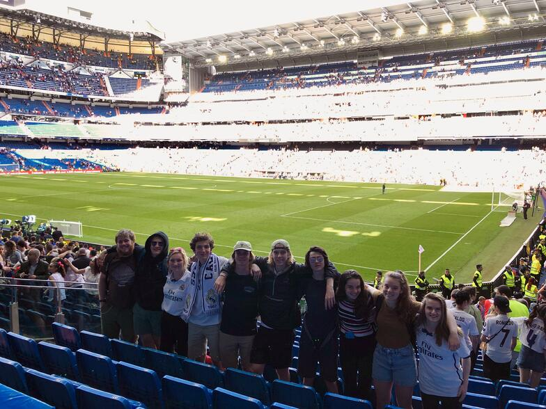 Proctor en Segovia students watch a Real Madrid match.