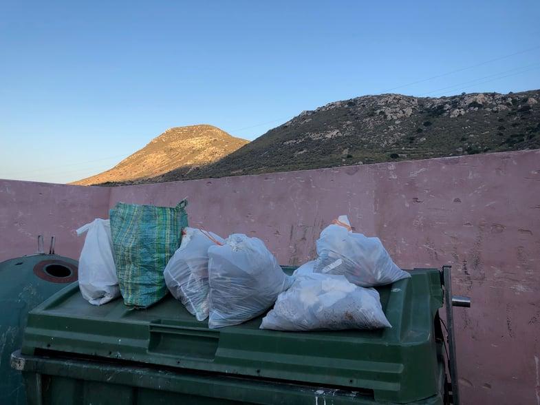 Proctor en Segovia picks up trash in Cabo de Gata Park.