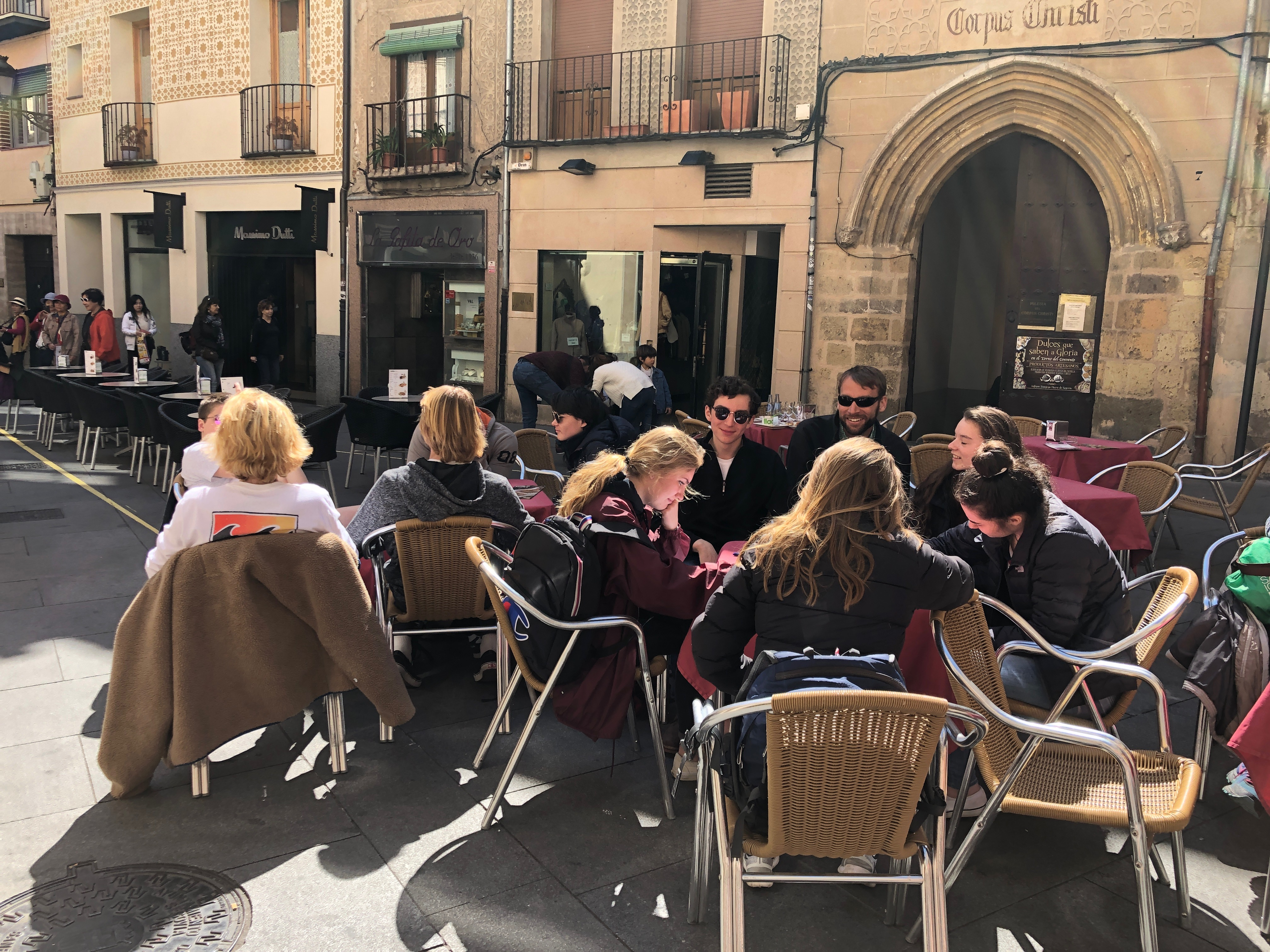 Proctor en Segovia enjoys café time