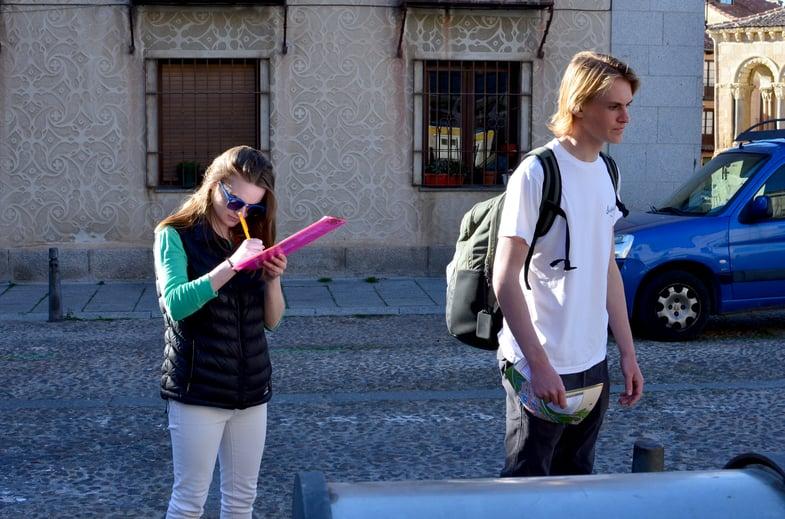 Proctor en Segovia students explore Segovia's old quarter.