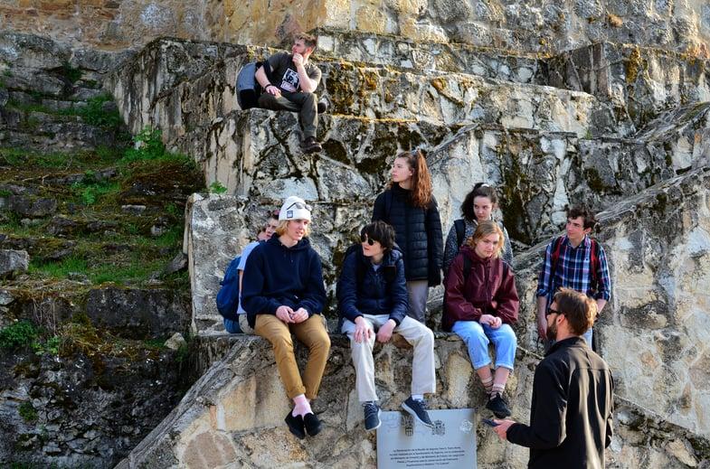 Proctor en Segovia history class outdoors.