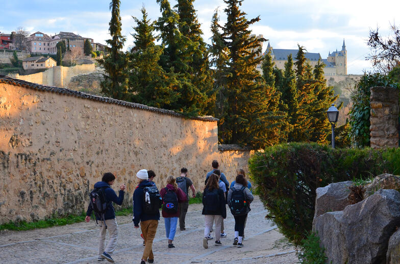 Proctor en Segovia hikes on the trails that encircle Segovia