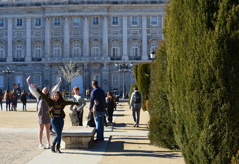 Proctor en Segovia students take a walking tour of Madrid's Barrio de los Austrias.