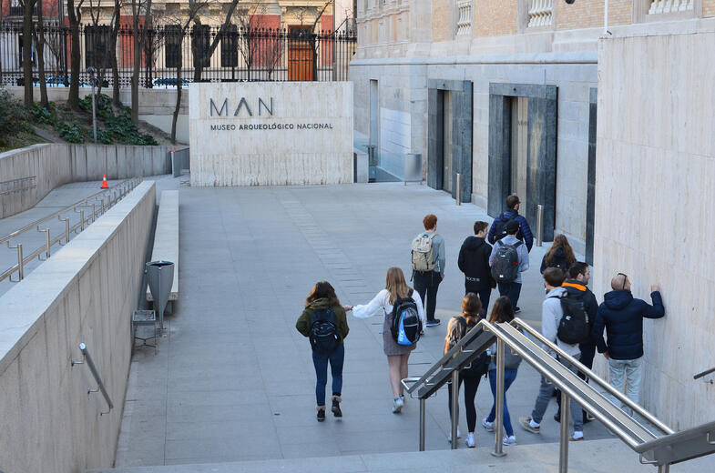 Proctor en Segovia students visit the National Archeology Museum in Madrid.