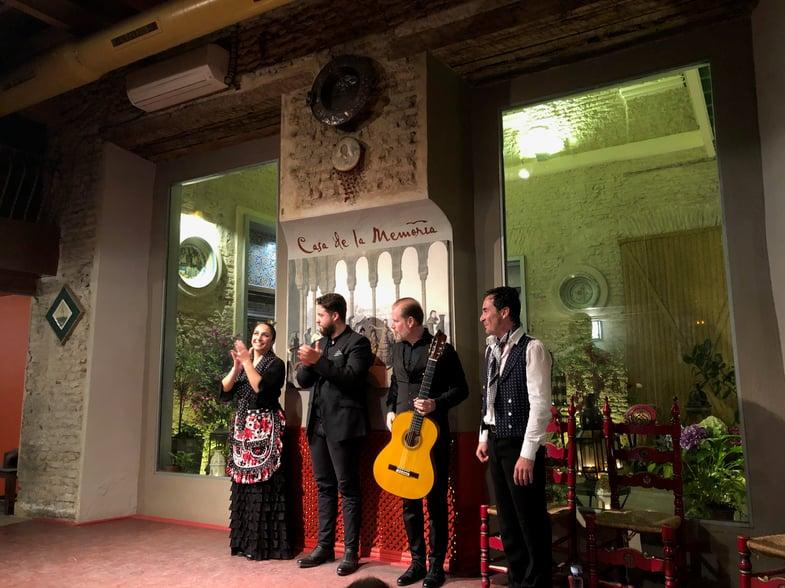 Proctor en Segovia watches a flamenco performance