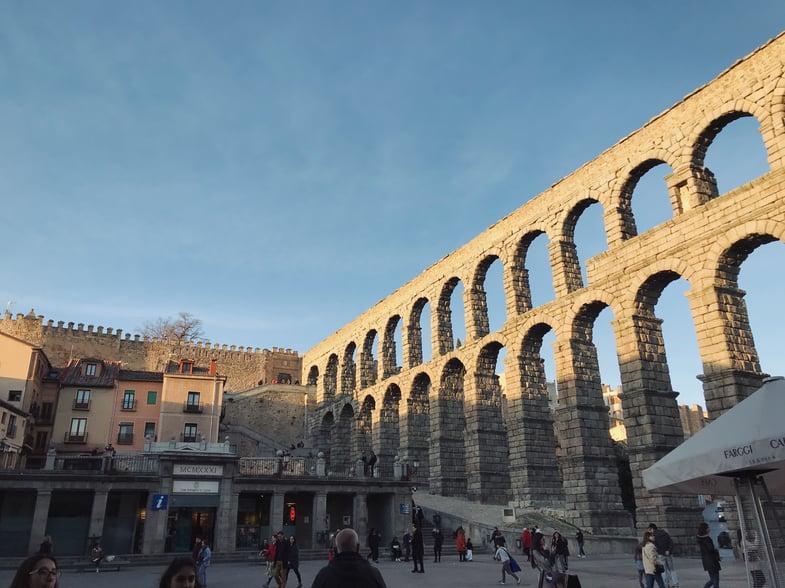 Proctor en Segovia students walk by the aqueduct.