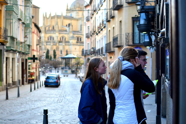 Proctor en Segovia students explore Segovia's old quarter