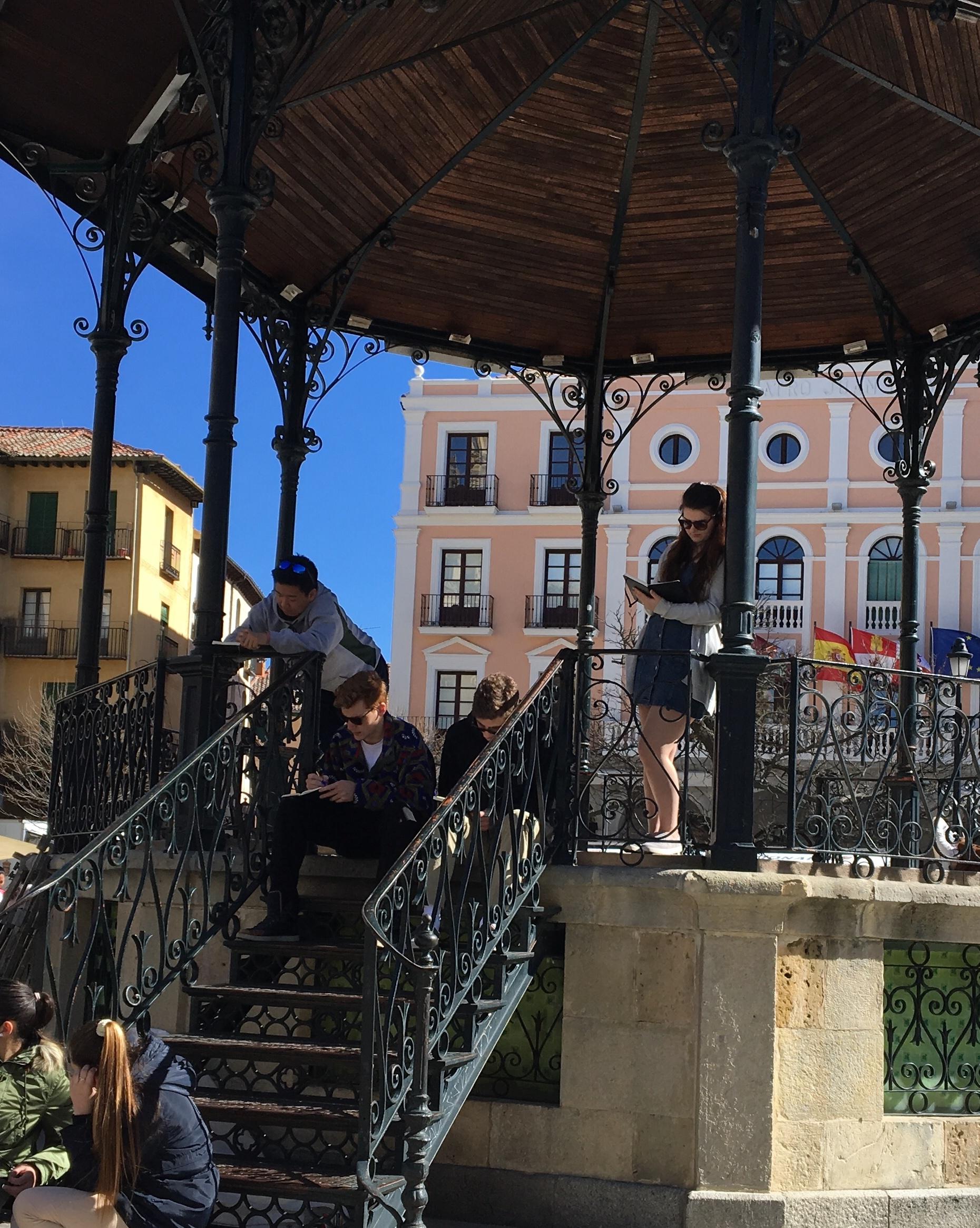 Proctor en Segovia writes in the Plaza Mayor