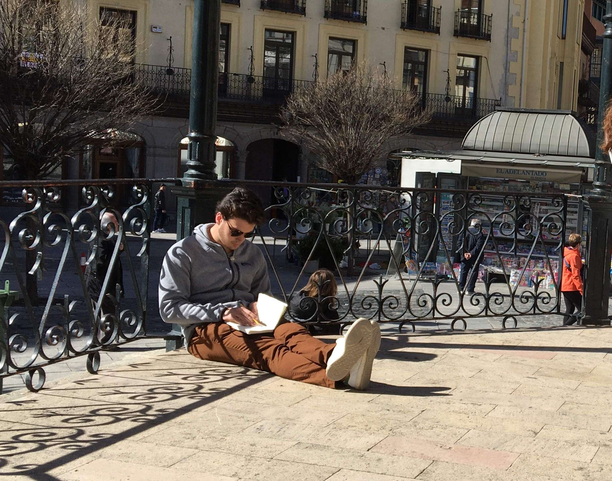 Proctor en Segovia writes in the Plaza Mayor