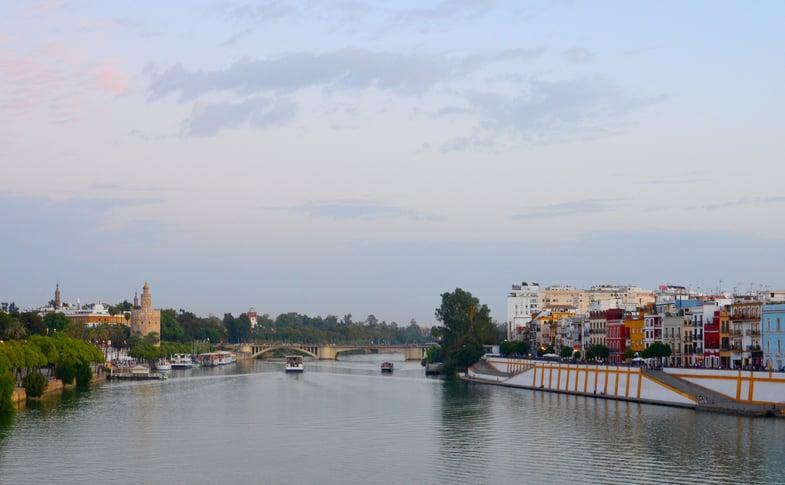 Proctor en Segovia visits Sevilla's Guadalquivir rivier