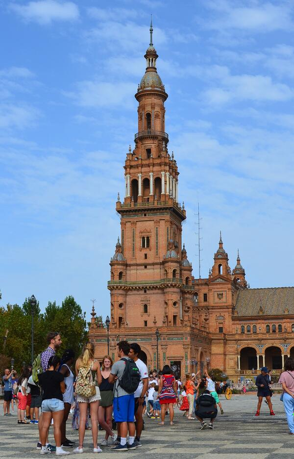 Proctor en Segovia visits the Plaza de España of Sevilla