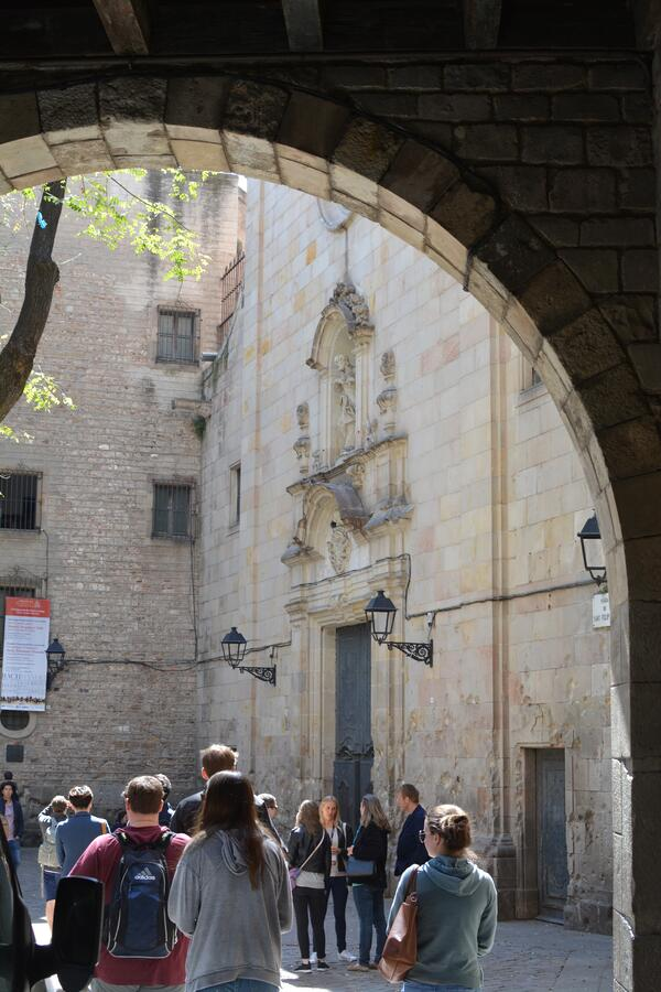 Proctor en Segovia learns about the layers of history in Barcelona's gothic quarter