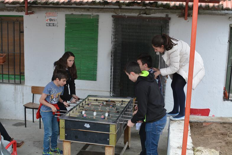 Proctor en Segovia playing with host families