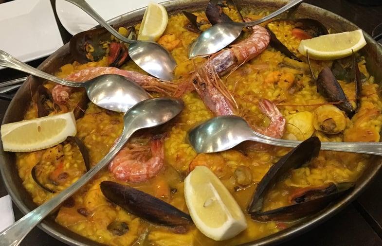 Proctor en Segovia tries paella in Sevilla