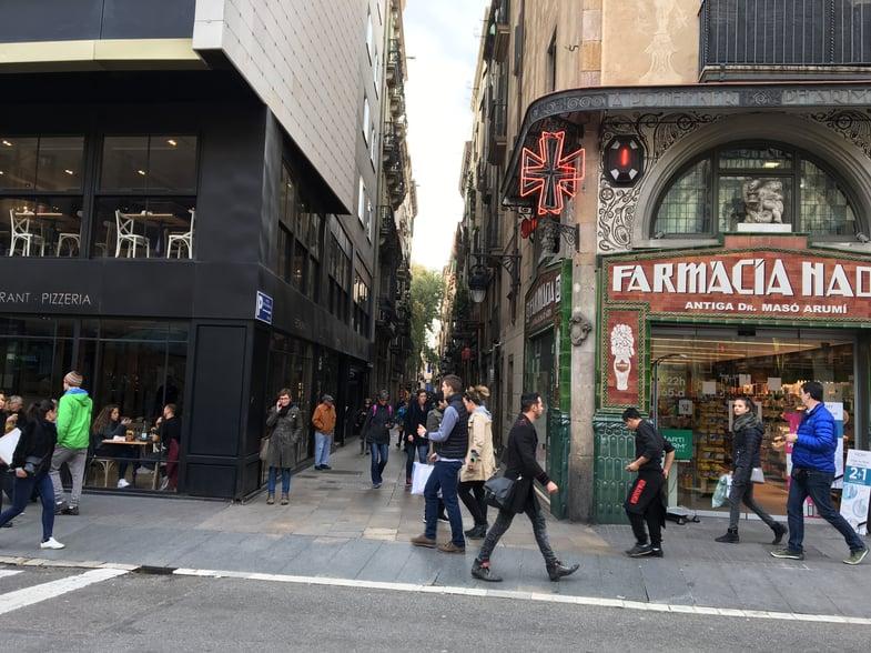 Proctor en Segovia admires Barcelona architecture