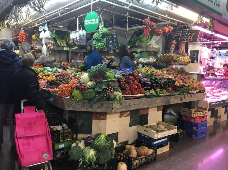 Proctor en Segovia visits a neighborhood market in L'Eixample